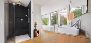 Große Fenster ermöglichen Helligkeit im Japan-Bad