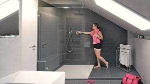 In diesem Bad war eine Walk-in-Dusche mit maßgefertigter Duschabtrennung die großzügige Lösung.
